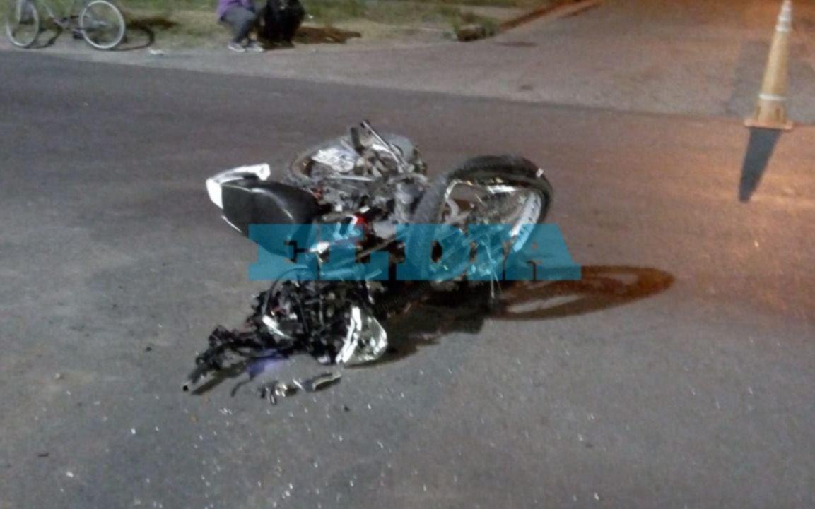 Un motociclista fue internado en estado de gravedad tras violento accidente en Los Hornos