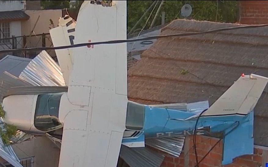 San Fernando: cayó una avioneta en el techo de una casa y de milagro no fue tragedia