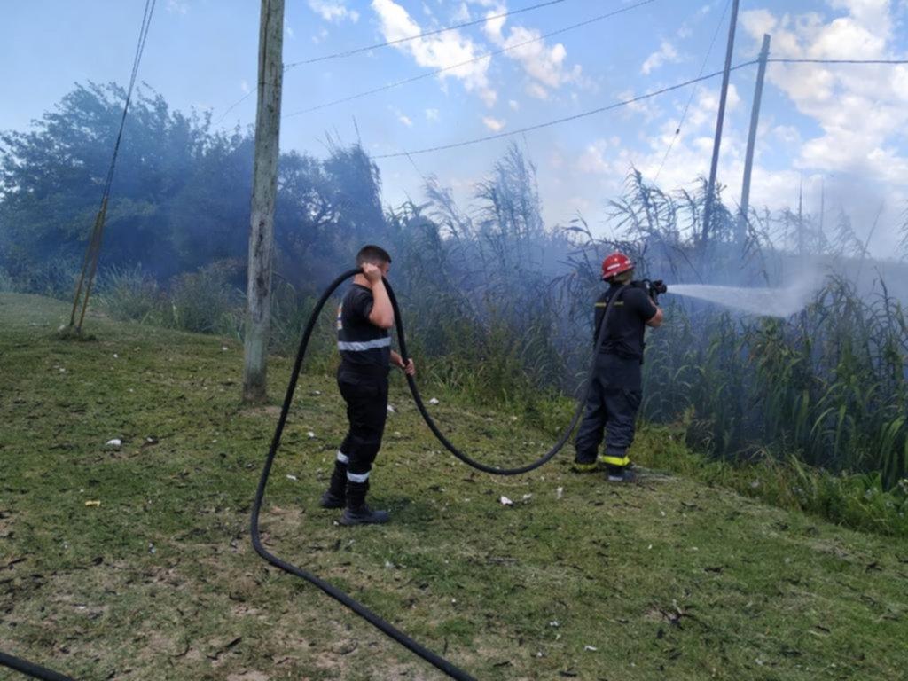 Los bomberos ya le dan pelea al calvario de cada verano: los pastizales que arden
