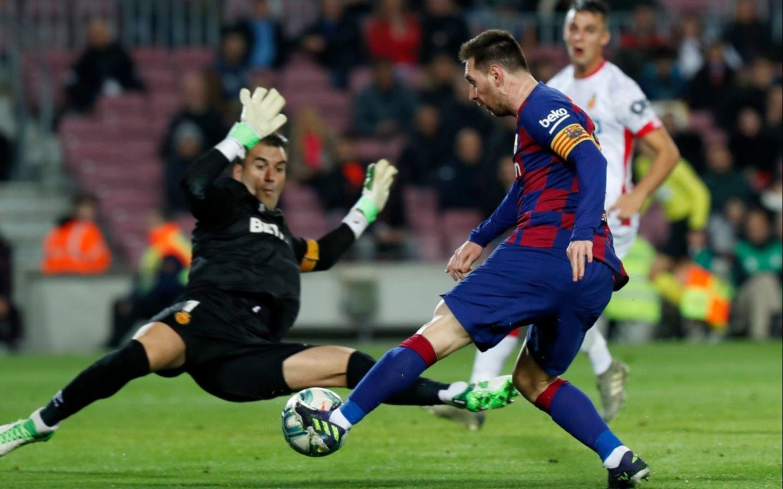 """Messi brilló, hizo un """"hat-trick"""" y mantuvo a Barcelona en la cima de la liga española"""