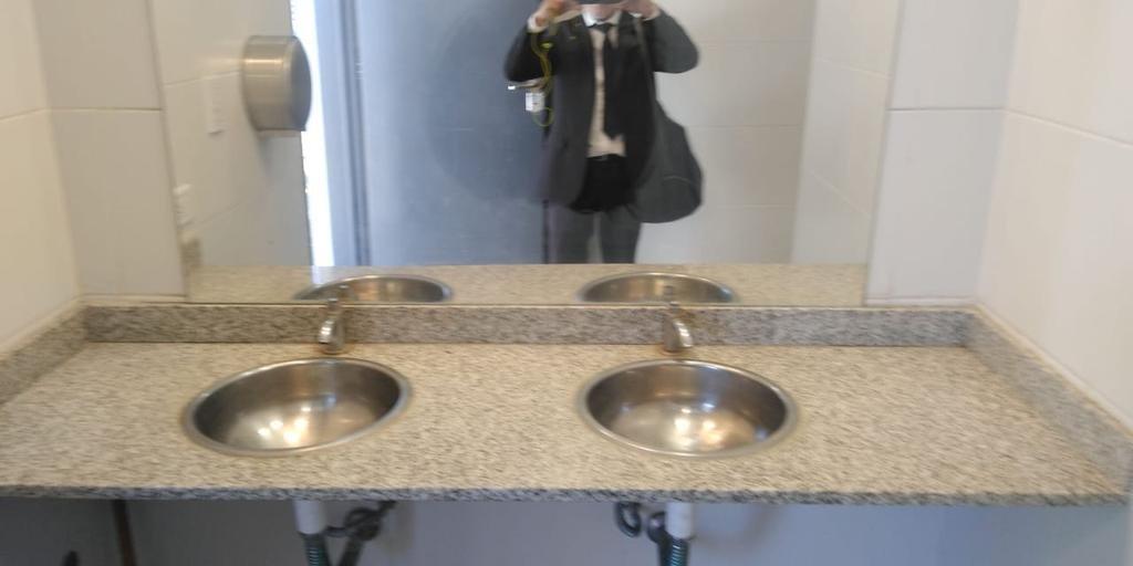 Los baños de la estación de tren de Gonnet, sin canillas