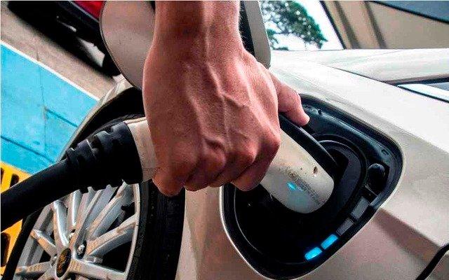 Nobel de química asegura que todos los autos serán eléctricos