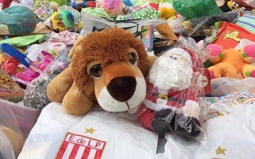 Estudiantes juntó más de 8 mil juguetes con la presentación de Mascherano