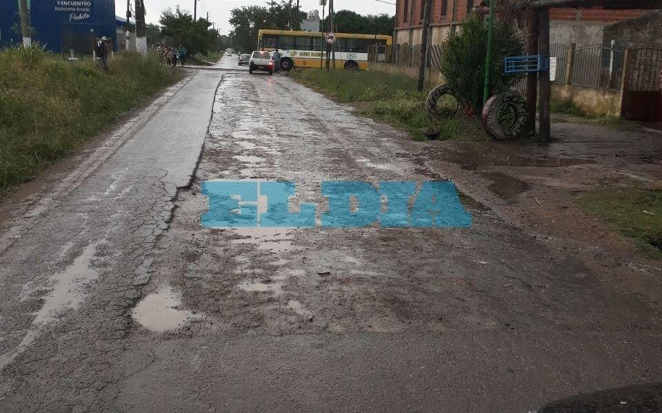 """Villa Elvira: piden arreglo de una calle que parece un """"campo de guerra"""""""