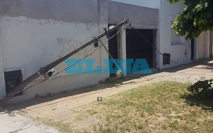 El Mondongo: un camión derribó cables y postes, destrozó un frente y provocó un apagón