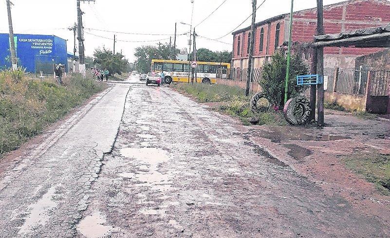 Villa Elvira: quejas por una calle detonada por los baches