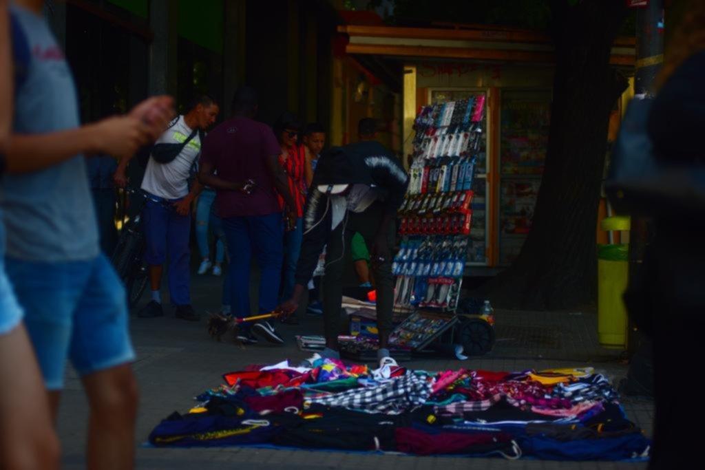 El desborde de la venta callejera sigue sin freno: en apenas un mes creció 38%