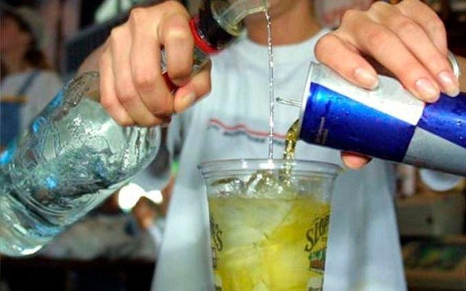 Alertan en chicos de La Plata por el consumo de bebidas alcohólicas mezclado con energizantes