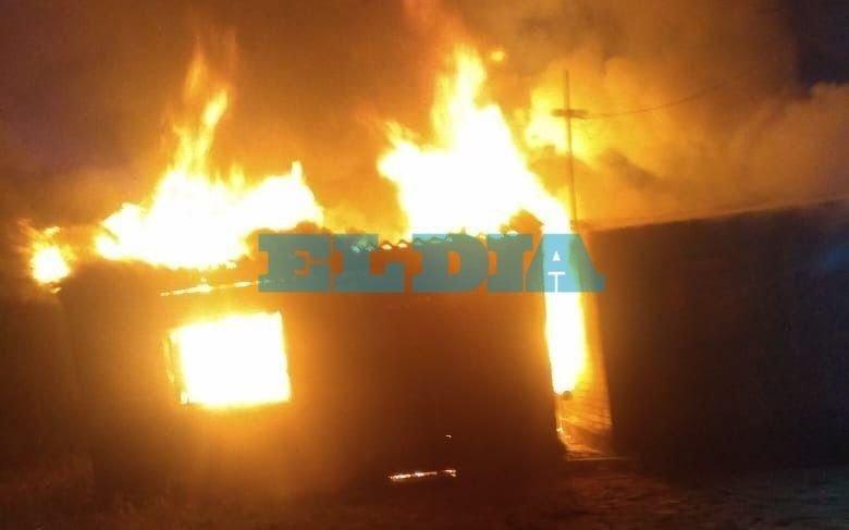 Un incendio arrasó con una casa en Berisso y una mujer quedó en la calle