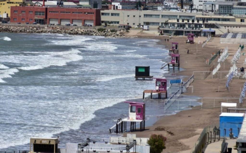 Mar del Plata: importante crecida del mar alcanzó la zona de carpas de los balnearios