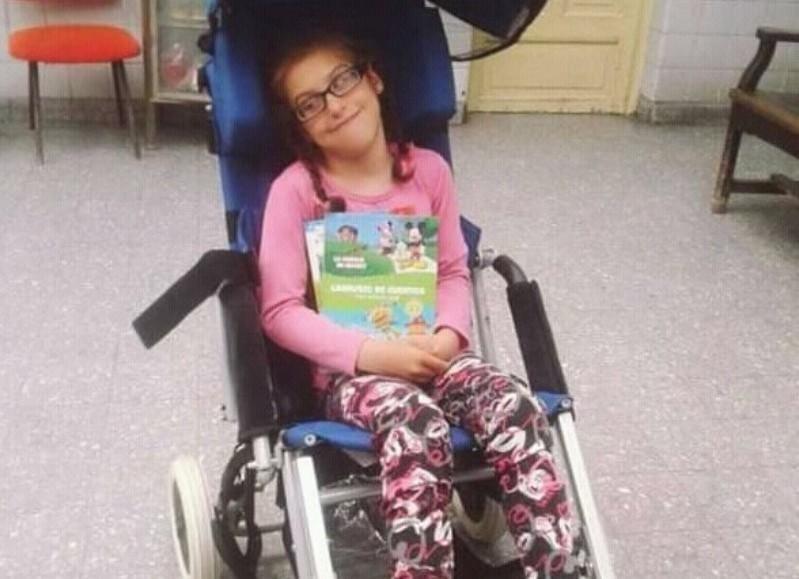 Le robaron la silla de ruedas de su hija de 13 años y pide ayuda