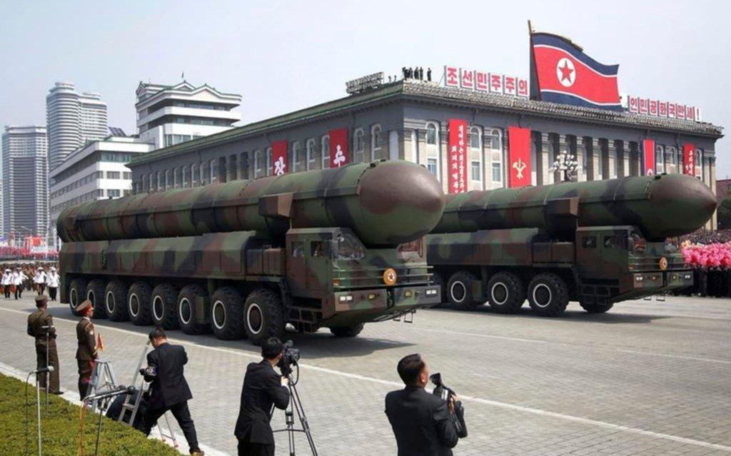 Norcorea provoca con un gran desfile militar para exhibir su arsenal bélico