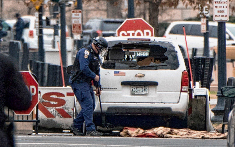 Un auto se incrustó contra una barrera de la Casa Blanca y generó un enorme revuelo