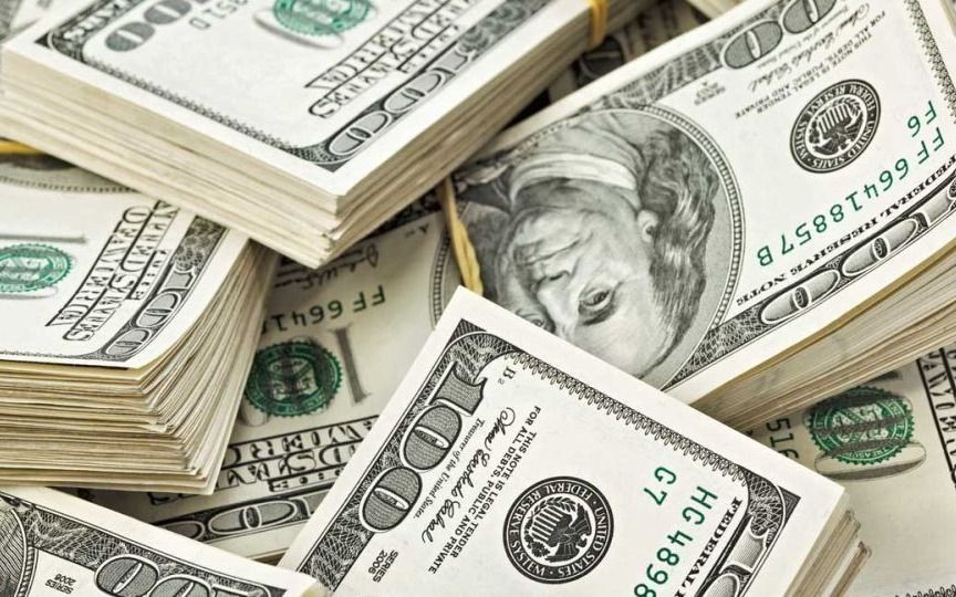El gobierno dispuso que el Banco Central venda menos dólares por día