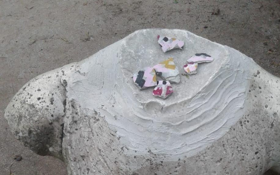 Crece el misterio con una escultura decapitada en el Parque Saavedra
