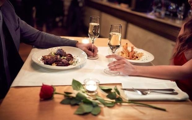 Con regalos y salidas, los enamorados se preparan para festejar San Valentín