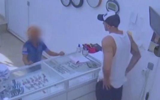 Tiene 9 años y quiso robar una joyería con un arma de juguete