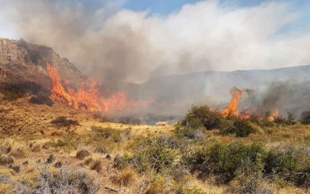 No pueden detener el incendio en Chubut, que ya afecta a 6.400 hectáreas