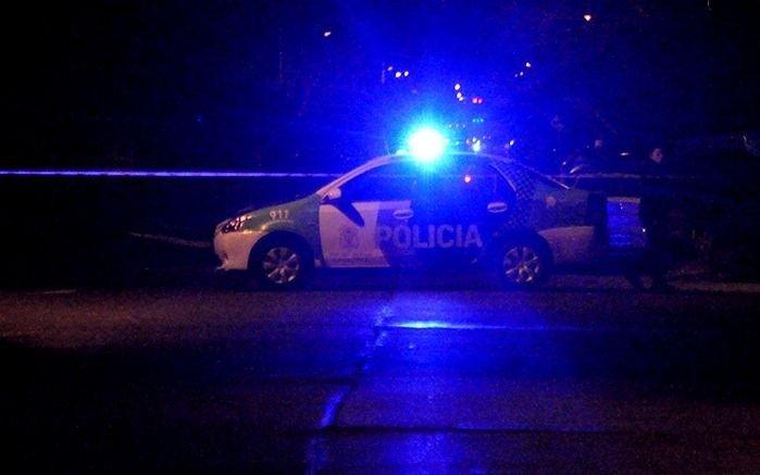 Una policía le pegó dos tiros en el pecho al ladrón que quiso robarle el coche