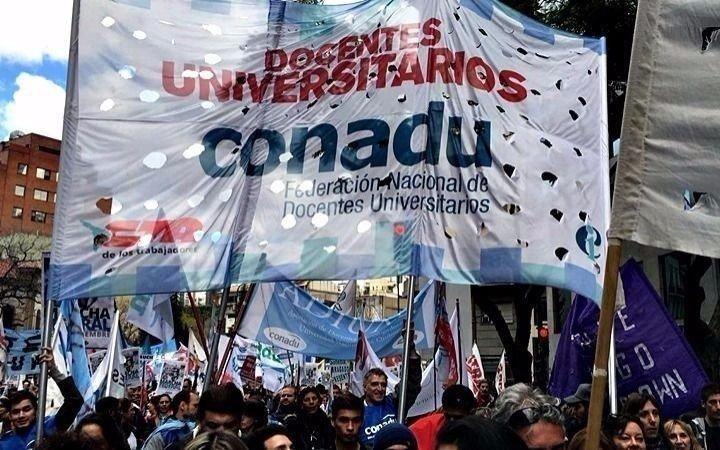 Una marcha de antorchas con huelga en facultades y colegios de la UNLP