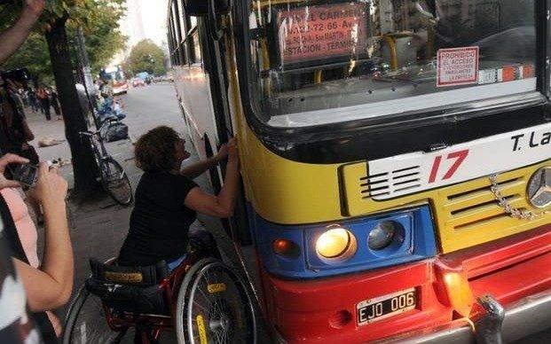 Ordenan garantizar acceso al transporte público a personas con discapacidad