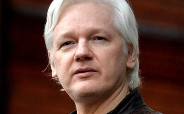 Suecia presenta una orden de detención contra Assange, detenido en Londres