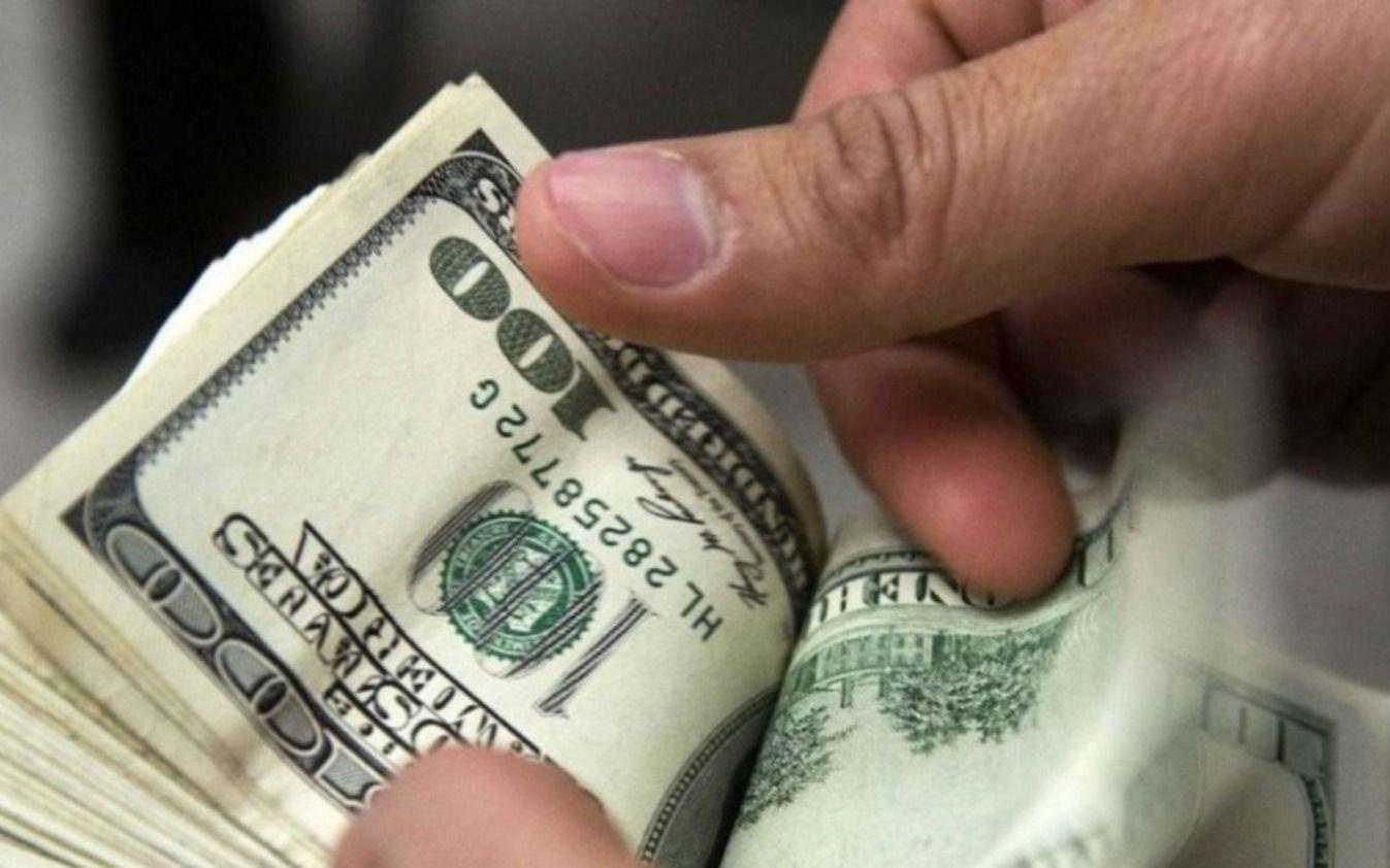El dólar volvió a caer y cerró a $43,45; el riesgo país bajó a 800 puntos