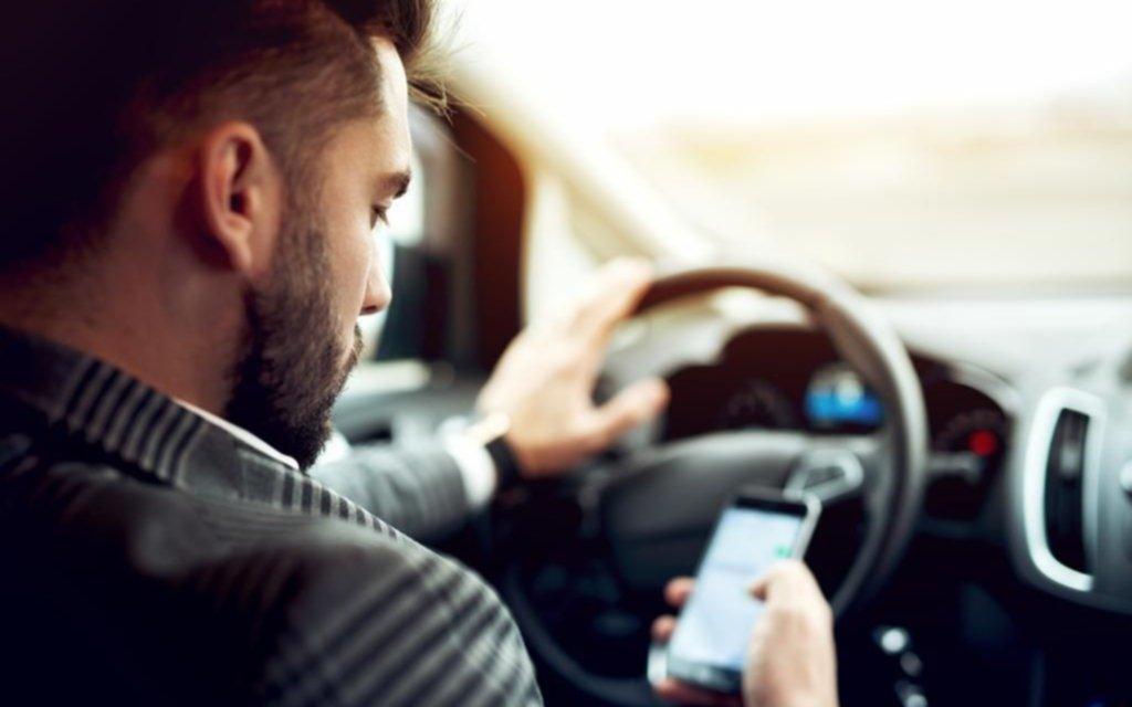 Los peligros de usar el celular mientras se maneja un automóvil