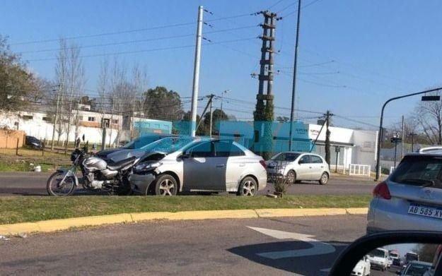 Una mujer herida en un choque de autos y micros