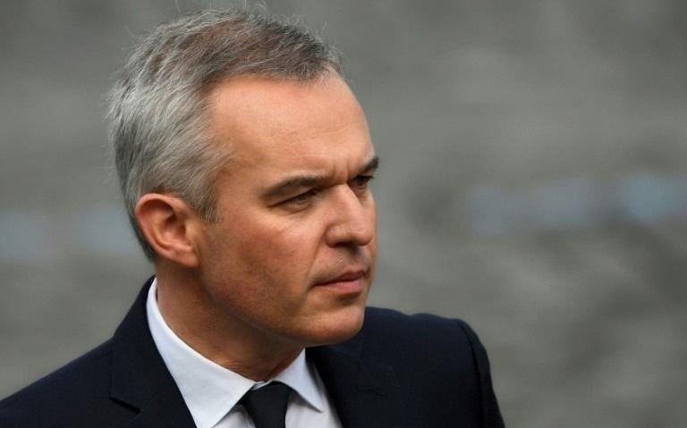 Renunció un ministro de Macron, acusado de malversar fondos públcos
