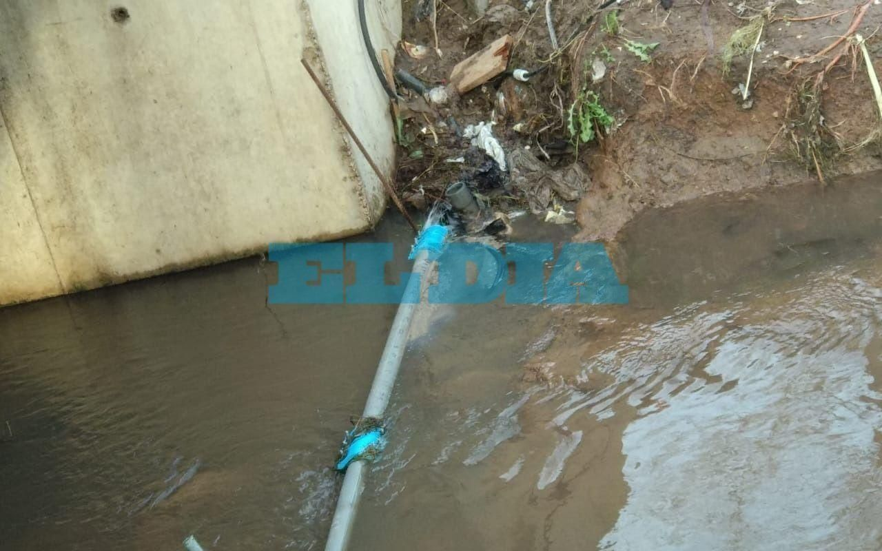 Un caño de agua se pinchó y temen que se contamine