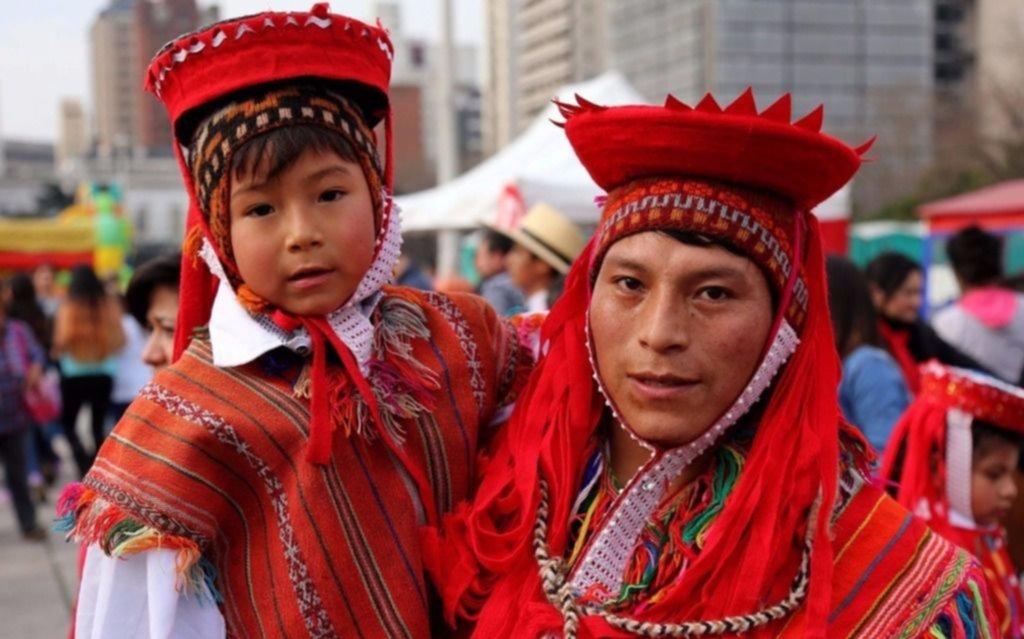 Platos y arte típicos en una festividad peruana con lugar en Plaza Moreno