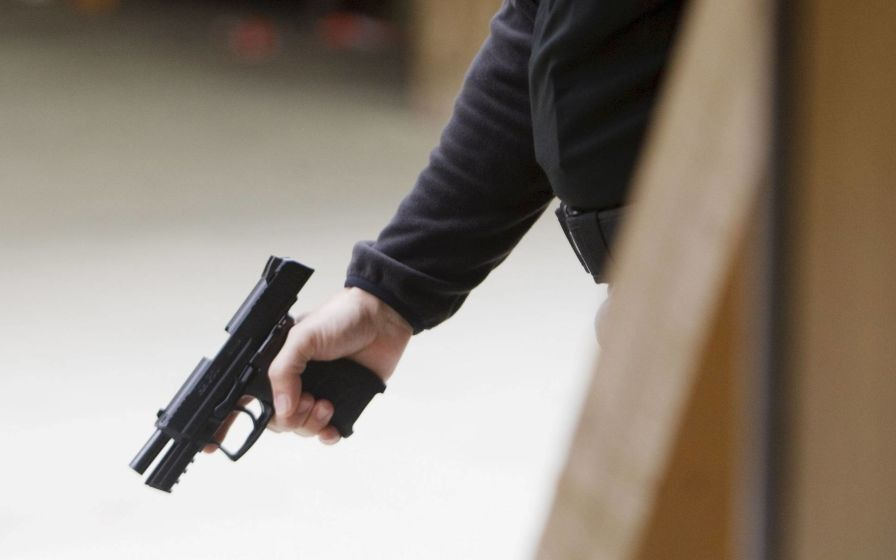 Llegaba junto a su padre y lo asesinaron en la puerta de la casa en un intento de robo