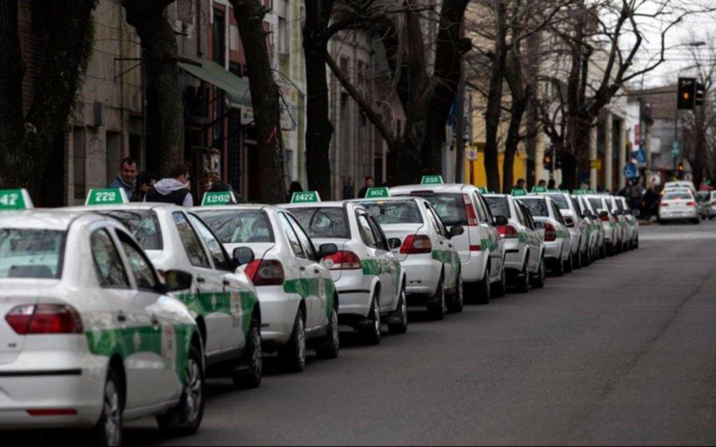 Los taxistas platenses volvieron a la carga para que aumente a 40 pesos la bajada de bandera