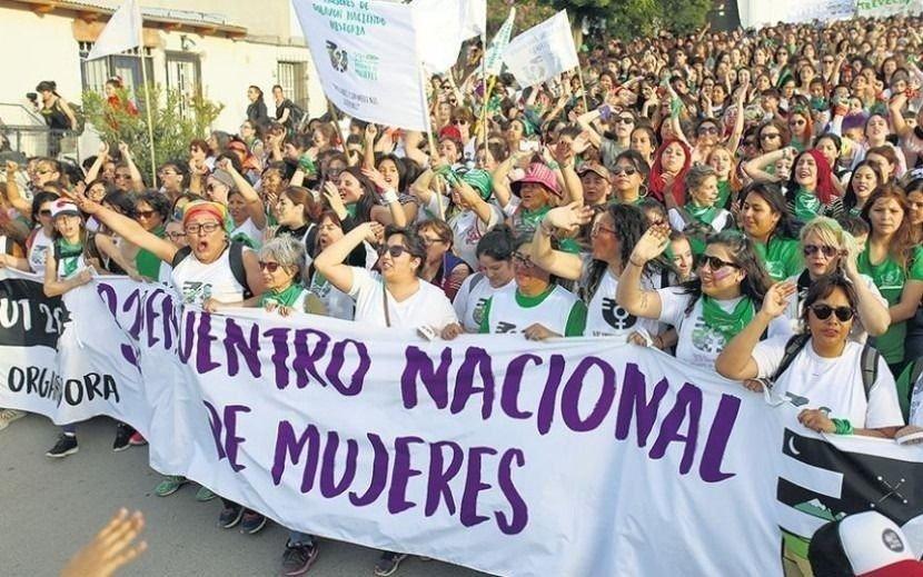 Mujeres con camisetas de Estudiantes y Gimnasia, juntas por el mismo objetivo