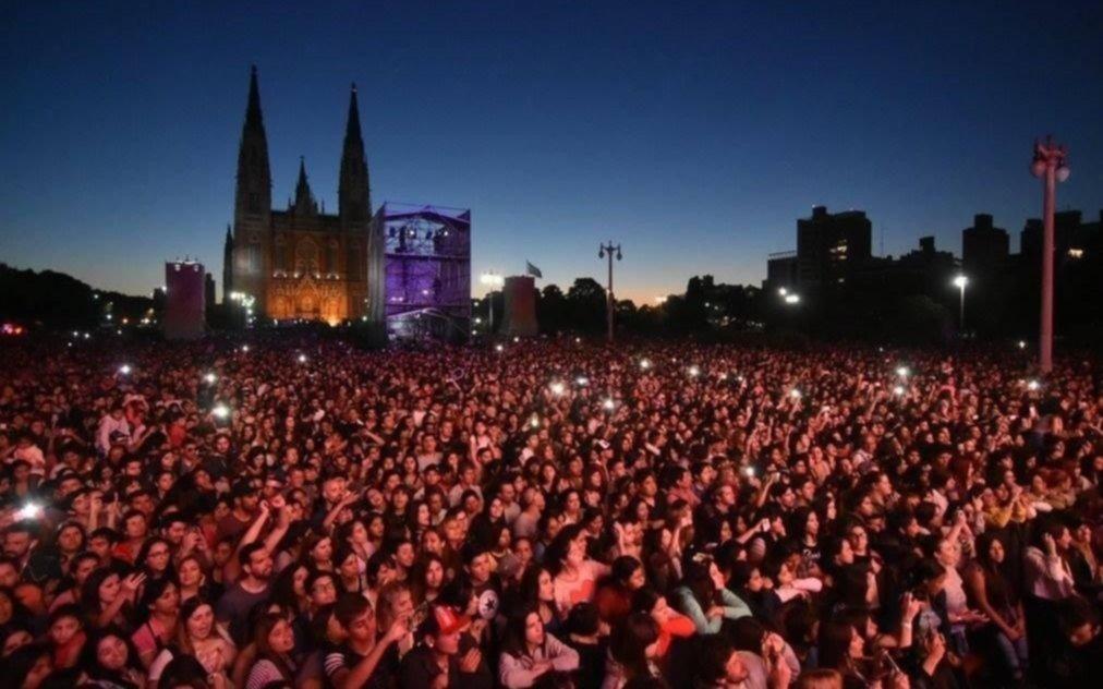A pura música y con sello local La Plata celebra sus 137 años de vida en la plaza Moreno