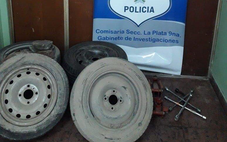 Los arrestaron por robar una rueda, pero tenían varias en el baúl del auto