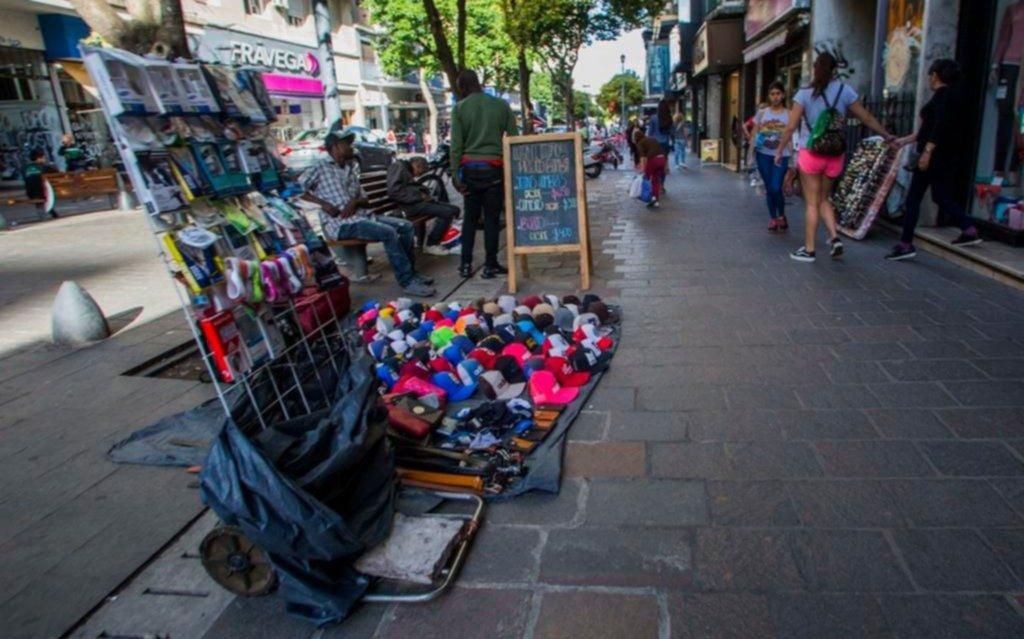 En una semana clave, el comercio reclama frenar el desborde de la venta ambulante