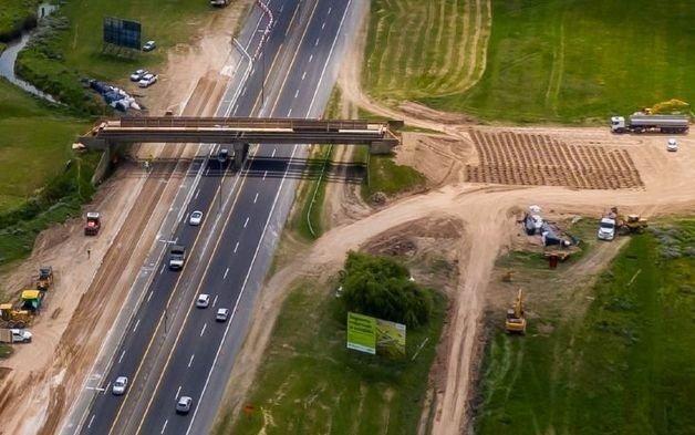 Por la obra en la bajada de City Bell vuelven a cortar el tránsito en la Autopista