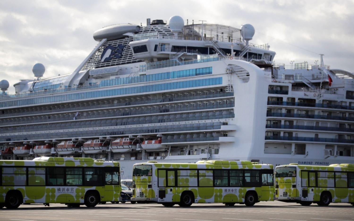 Desembarcan pasajeros del crucero, pero los argentinos siguen adentro