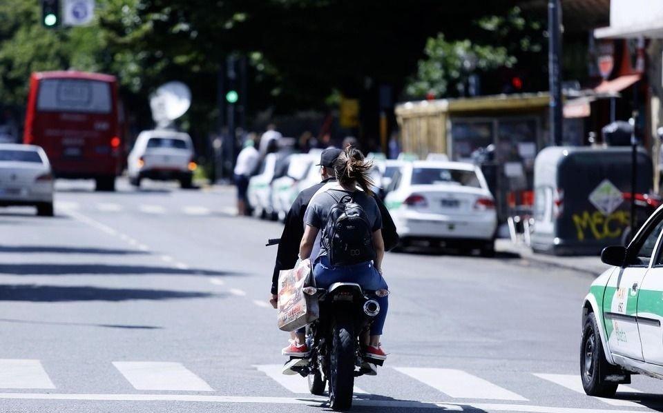 Irresponsable y riesgosas maniobras de motociclistas