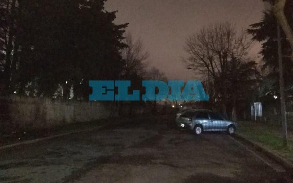 """Faltan 4 luminarias en una calle de Barrio Hipódromo y es """"una boca de lobo"""""""