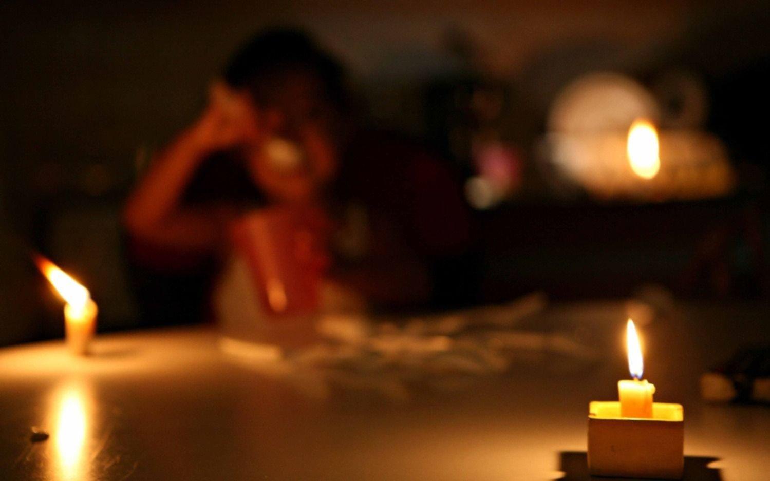 Por la tormenta, los cortes de luz tuvieron a maltraer a los vecinos en distintos barrios