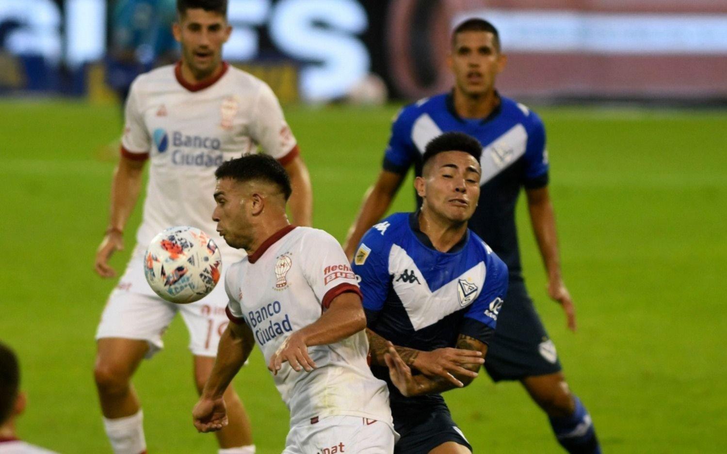 Vélez derrotó a Huracán y sigue a paso firme