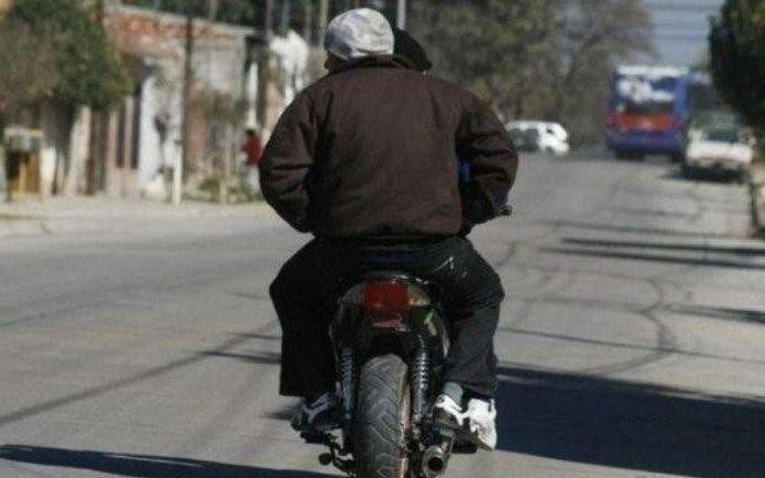 Sigue la ola de robos en City Bell: ahora motochorros asaltaron a padre e hijo