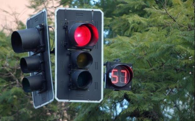 Quejas por el semáforo fuera de servicio en la esquina de 8 y 47
