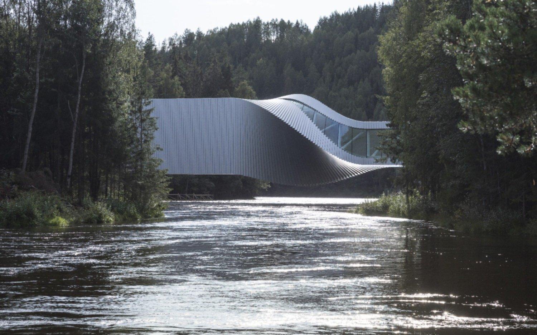 Una extraña forma sobre el río